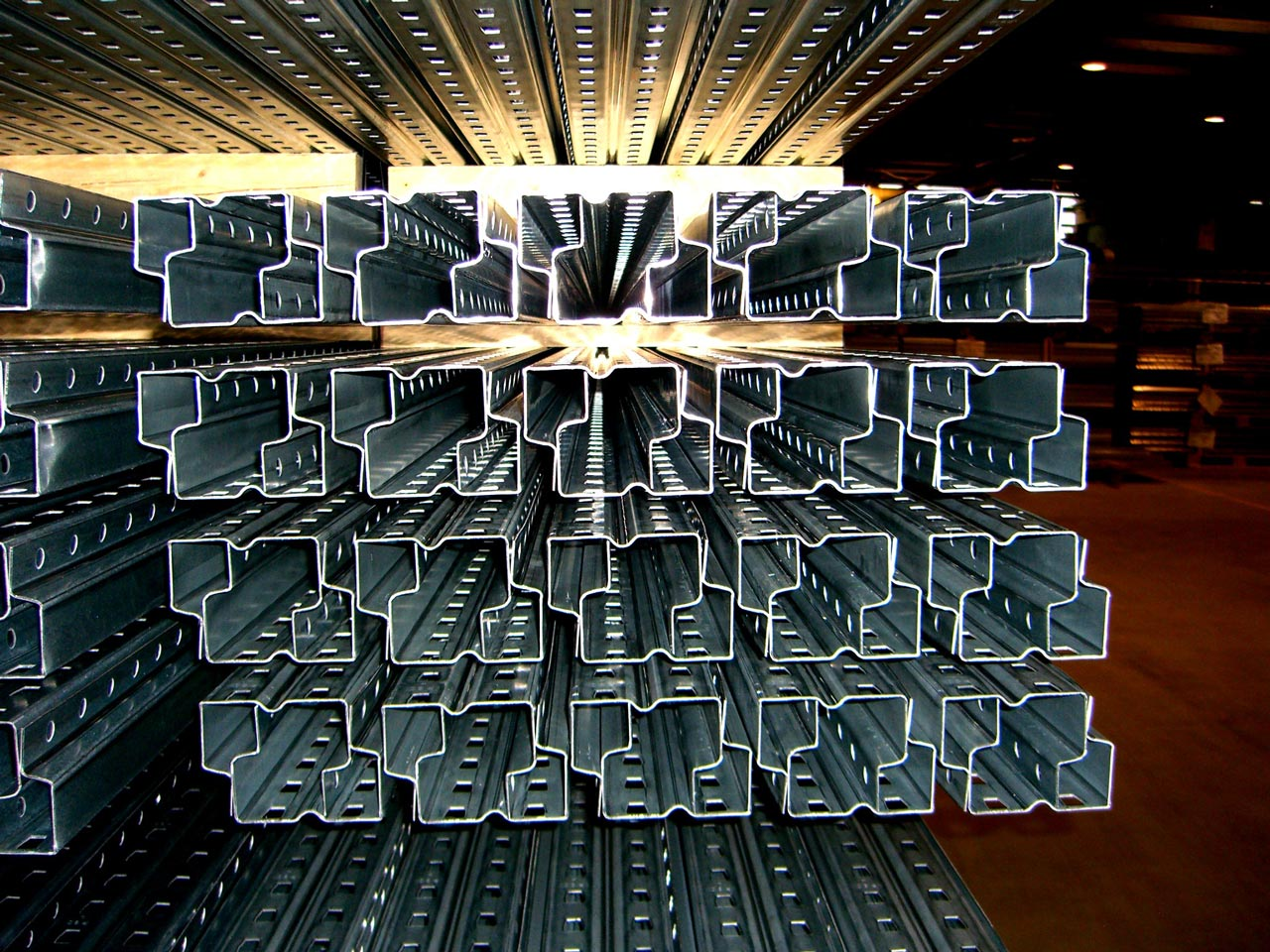 Regalpfosten, Regalstützen, Regalboden, Stützen, Pfosten, Profile für Regale, Lagerprofile, Bodenblech, Biegeprofil, Stanzprofil, Regalelemente